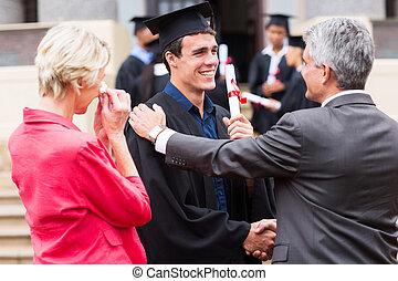 maschio, laureato, essendo, congratulato, vicino, suo, padre