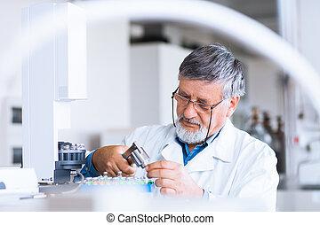 maschio maggiore, ricercatore, portante, fuori, ricerca scientifica, in, uno, laboratorio, usando, uno, cromotografo gas, (shallow, dof;, colorare, toned, image)