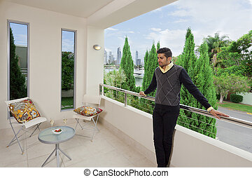 maschio, moderno, giovane, balcone
