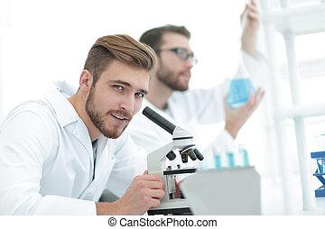 maschio, ricercatore, portante, fuori, ricerca scientifica, in, uno, laboratorio