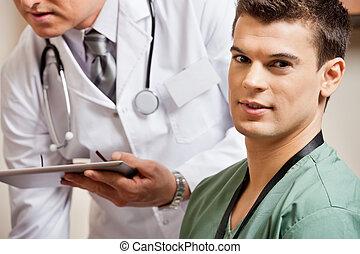 maschio, tecnico, con, dottore, in, fondo