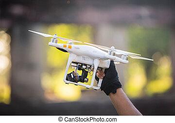 maschio, titolo portafoglio mano, elicottero, fuco, con, controllo, battery.