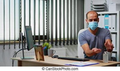masque, employé, mains, nettoyage