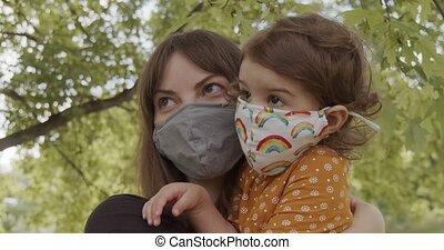 masque, enfantqui commence à marcher, park., girl, porter, mère