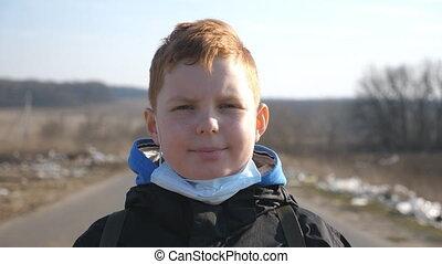 masque, heureux, prendre, garçon, visage loin, protecteur, coronavirus, outdoor., santé, portrait, sourire., virus, mâle, pandémie, debout, monde médical, peu, sécurité, vie, enfant, concept