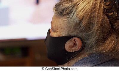 masque portant, personnes agées, tv, monde médical, regarder, quarantaine, femme, coronavirus, figure