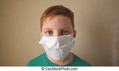 masque, porter, garçon, fin, figure, protecteur, coronavirus, intérieur., santé, portrait, virus, pandemic., mâle, haut, appareil-photo., monde médical, regarder, peu, sécurité, vie, enfant triste, concept