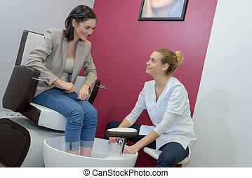 massager, assistente, pés, falando, femininas, pé, spa