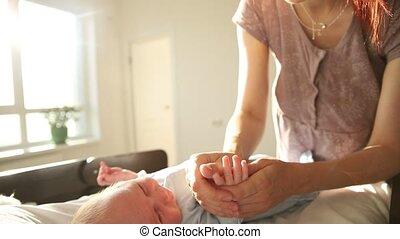 masser, doigts, peu, elle, exercices, bébés, nouveau-né, -, mère