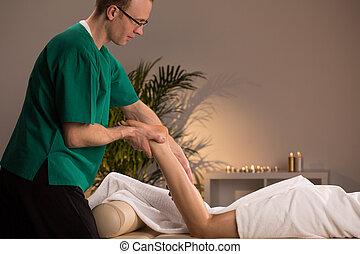 Masseur massaging lower limb