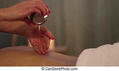 masseuse, het droppelen, olie, op de rug, van, een, patiënt