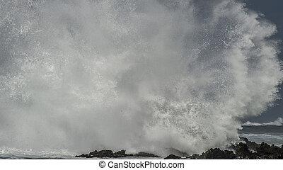Massive Wave Brkes on Rocks