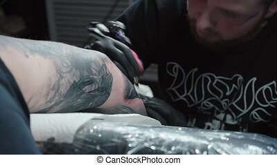Master getting tattoo on arm in salon - Video of man getting...