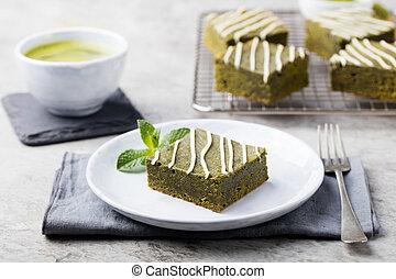matcha, chá verde, brownie, bolo, com, chocolate branco, ligado, um, prato branco, pedra cinzenta, fundo