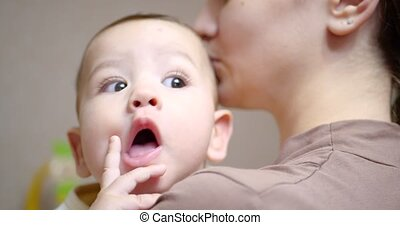 maternité, maman, concept, appareil-photo., regarder, bébé, bras