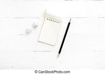 matita, carta spiegazzata, blocco note