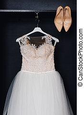 matrimonio, bianco, vestito damigella onore, su, uno, gruccia, con, corsetto, e, beige, scarpe