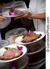matrimonio, cibo, essendo, servito, vicino, uno, cameriere