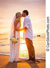 matrimonio, novia y novio, besar, en, ocaso, en, hermoso, playa tropical, en, hawai