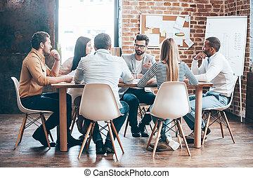 mattina, meeting., gruppo, di, sei, giovani persone, discutere, qualcosa, mentre, sedere tavola, in, ufficio, insieme