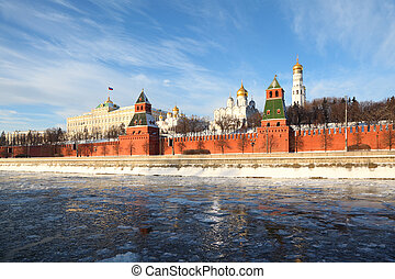 mattone rosso, pareti, di, famoso, cremlino, e, ivan, grande, campanile, a, inverno, in, mosca, russia
