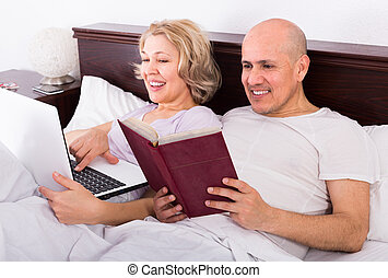 couple burring with laptop