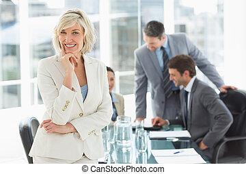 maturo, colleghi, donna d'affari, discutere, ufficio
