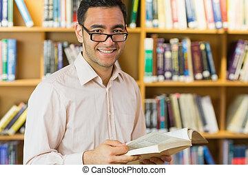 maturo, libro lettura, sorridente, studente, biblioteca