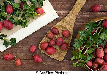maturo, uva spina, in, uno, cucchiaio legno, tavola
