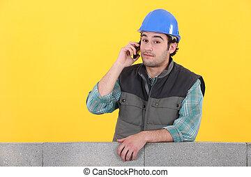 maurer, telefon, wand, junger, gegen, beton, hinten, gelber hintergrund