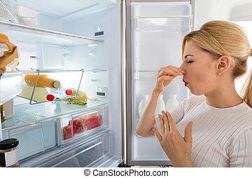 mauvais, femme, odeur, réfrigérateur, recognized