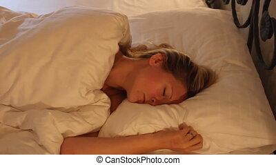 mauvais, position, jeune, sommeil, femme, rêver, lit, changer