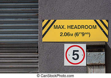 Maximum headroom warning sign for motorists