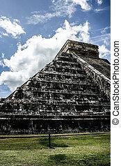 Mayan pyramid of Kukulcan El Castillo in Chichen-Itza (Chichen Itza), Mexico