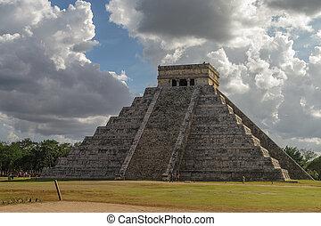 """Mayan Pyramid of Kukulkan """"El Castillo"""", Chichen Itza, Mexico."""