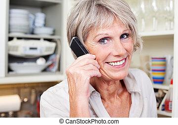mayor activo, mujer, teléfono
