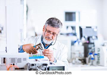 mayor masculino, investigador, proceso de llevar, afuera, investigación científica, en, un, laboratorio, utilizar, un, asfixíe gas chromatograph, (shallow, dof;, color, toned, image)
