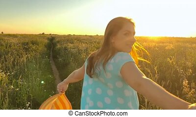 me, marche, femme, blé, vert, main., -, jeune, jaune, main, champ, guy's, traction, jeter, suivre, chapeau, coucher soleil, heureux