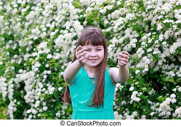 meadow., ιλαρός , κορίτσι , πράσινο , παίξιμο