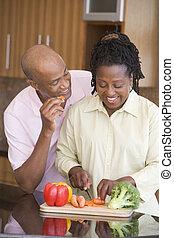 mealtime, vrouw, echtgenoot, het bereiden, samen, maaltijd
