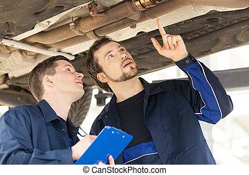 mecánica, en, work., dos, confiado, mecánica, trabajar, el, tienda trabajo