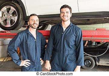 mecánica, sonriente, en, taller de reparaciones auto