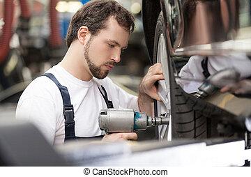 mecánico auto, en el trabajo, shop., confiado, mecánico, trabajar, el, taller de reparaciones