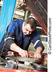 mecánico auto, en, motor coche, reparación, trabajo