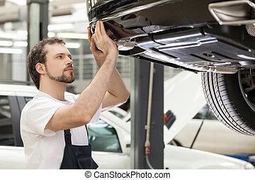 mecánico auto, en, work., confiado, mecánico, trabajar, el, taller de reparaciones