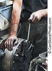 mecánico auto, manos, en, reparación coche, trabajo