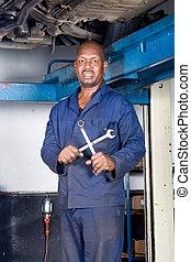 mecánico, con, herramientas