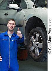 mecánico del coche, el gesticular, pulgares arriba