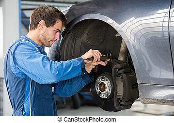 mecánico del coche, examinar, freno, disco, con, calibrador