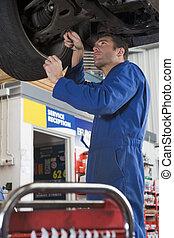 mecánico del coche, trabajando, debajo